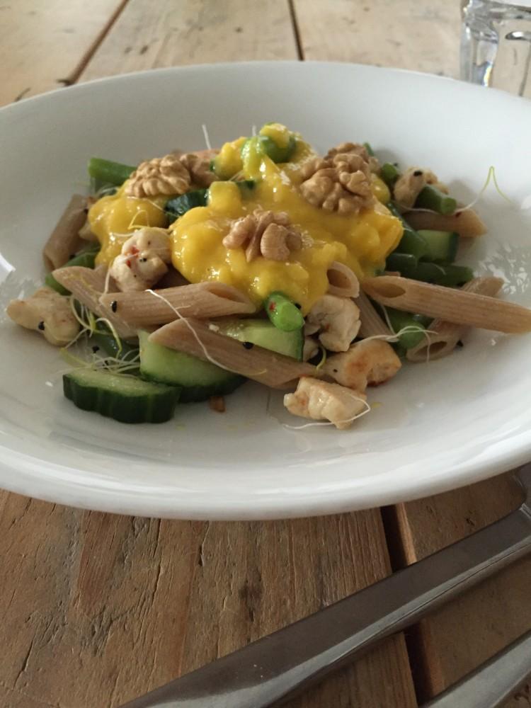Zomerse pasta salade met kip en mango chutney