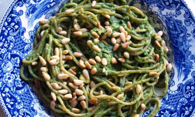 Spaghetti met avocado spinazie pesto
