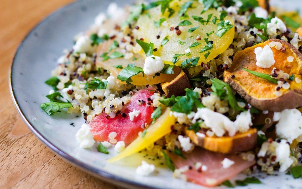Quinoa met bietjes, zoete aardappel & geitenkaas