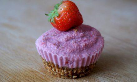 Raw cupcakes met aardbeien