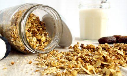 Zelfgemaakte granola met dadels en tahin