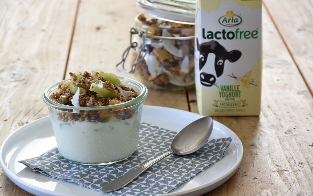 Verwen ontbijt met lactosevrije vanille yoghurt