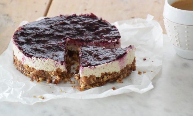 Raw cheese cake met blauwe bessen