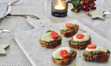 Kersthapjes: bruschetta met tomaat, pesto en mozzarella