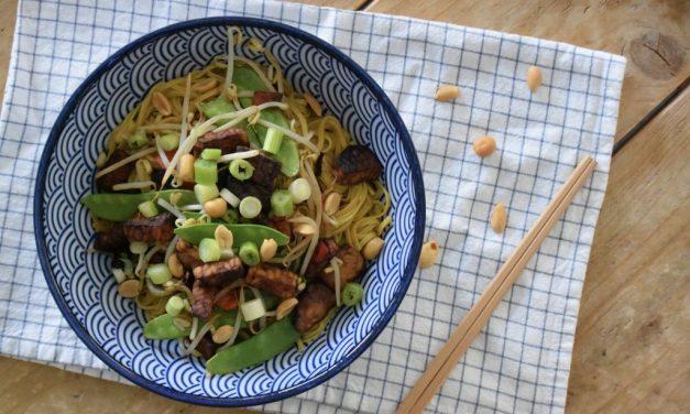 Noodles met pittige tempeh