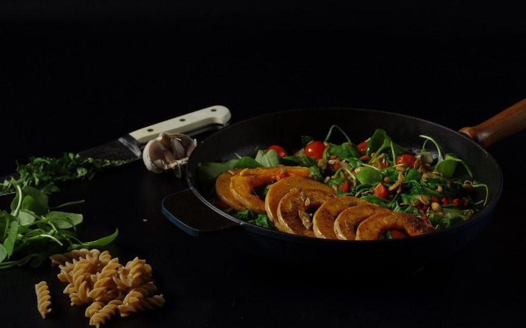 Vegan pasta met gegrilde pompoen