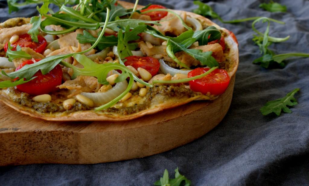 Wrap pizza met vegan kip, pesto en pijnboompitten