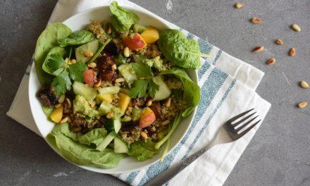 Salade met quinoa en perzik uit het sla kookboek