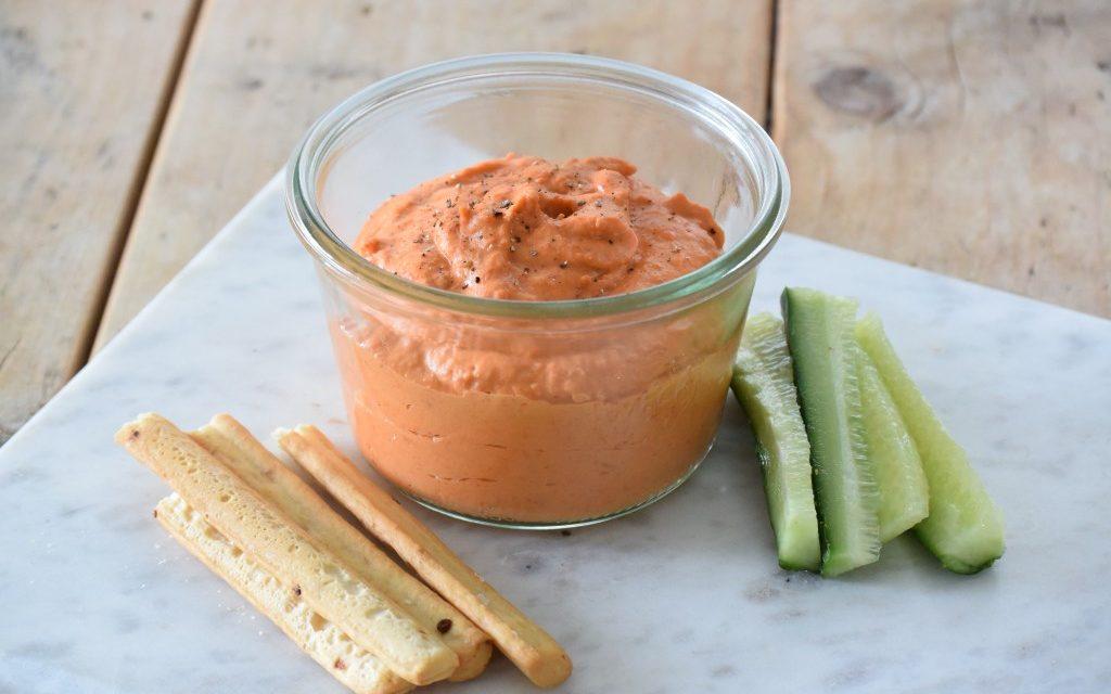 Hummus van witte bonen met gegrilde paprika