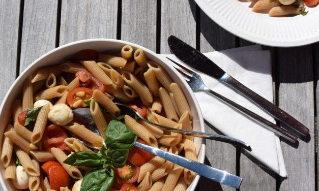 Pastasalade met mozzarella en tomaat