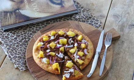 Vegan pizza met pompoen, mango en kokos