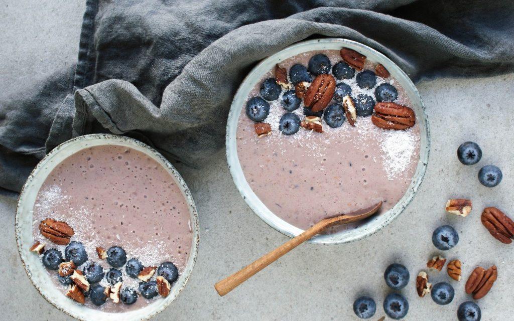 Smoothie bowl met blauwe bessen en banaan
