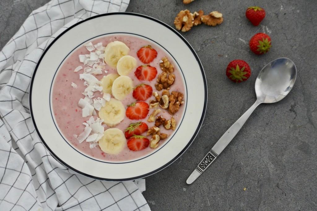 Smoothie bowl met aardbeien - www.puursuzanne.nl