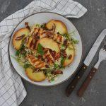 Salade met perzik en halloumi