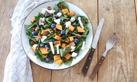 Salade met zoete aardappel en blauwe bessen