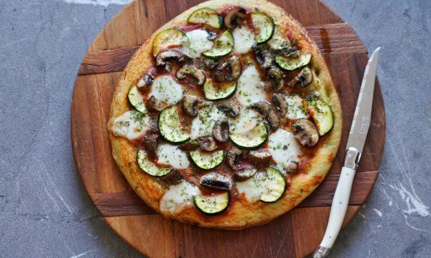 Vegetarische pizza met champignons