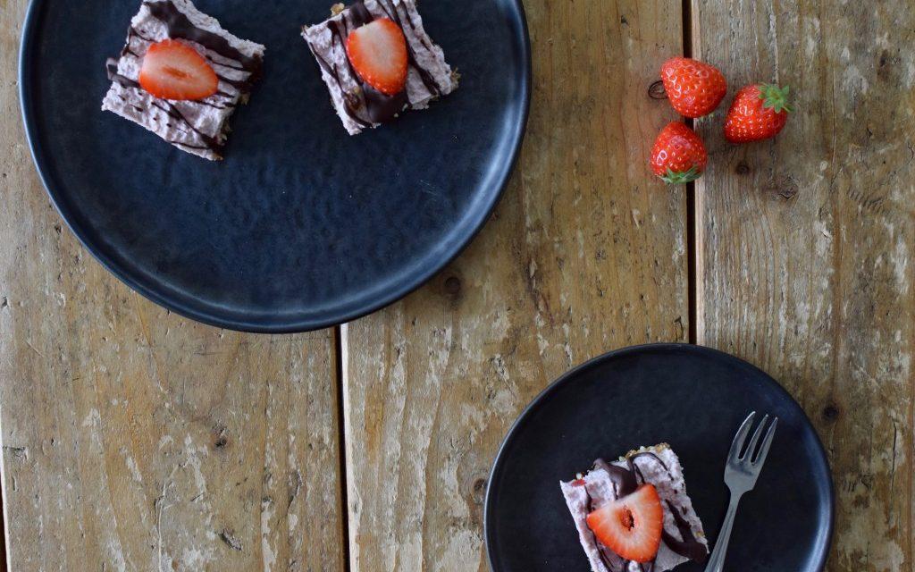 """Vegan """"cheesecake"""" met aardbeien"""