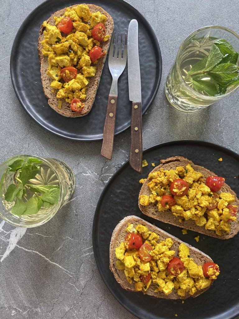 Scrambled tofu - vega en vegan broodbeleg www.puursuzanne.nl