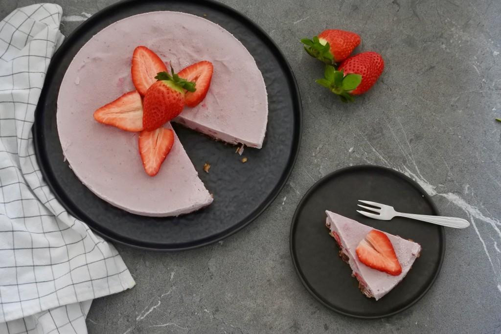 Vegan cheesecake met aardbeien