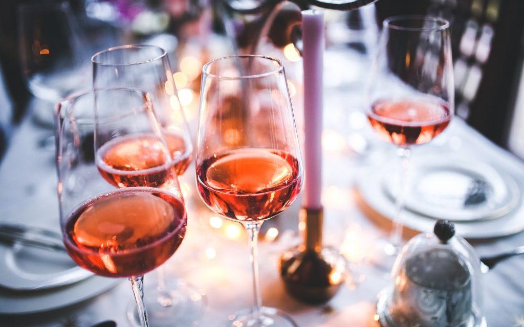 Grijp je vaker naar de fles dan anders in tijden van corona? Let op de signalen van alcoholisme!